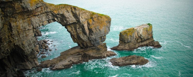 Image by JKMMX https://commons.wikimedia.org/wiki/File:Green_Bridge_of_Wales_1_-_Pembrokeshire_(2010).jpg